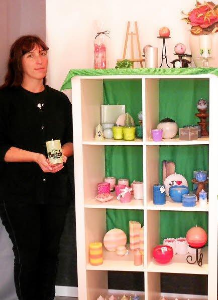 Joëlle Debreilly a la passion du moulage et de la décoration des bougies.